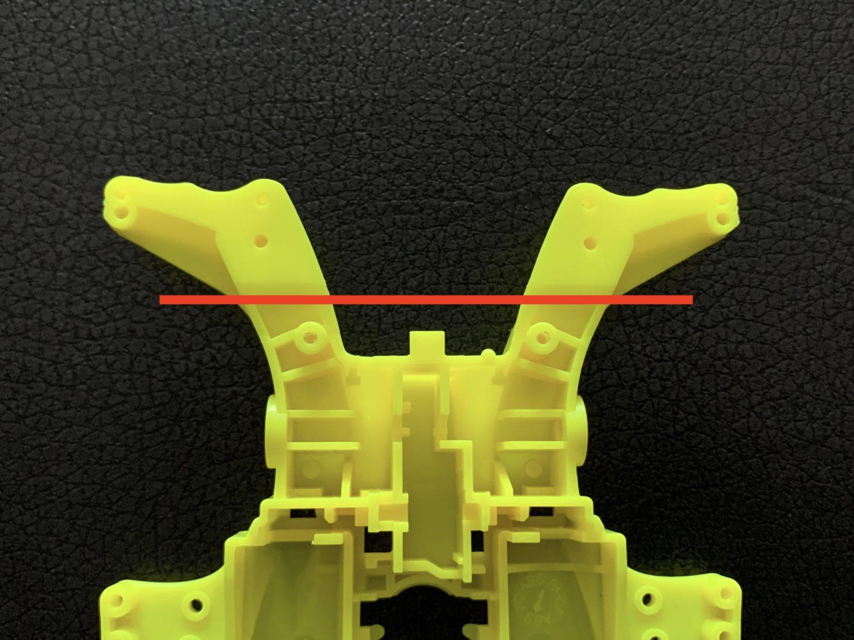 リヤバンパーをカットする位置を赤線で表示